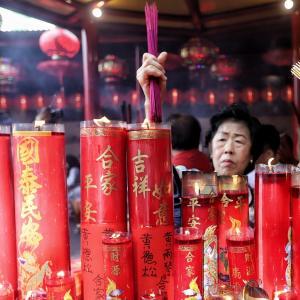 Warga melakukan sembahyang Tahun Baru Imlek 2570 di Vihara Dharma Bhakti, Petak Sembilan, Jakarta, Selasa (5/2). [Suara.com/Muhaimin A Untung] - 3