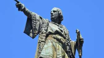Demonstran Baltimore Robohkan Patung Christopher Columbus