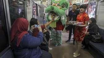 Barongsai Hibur Penumpang Commuterline