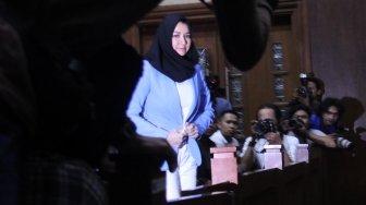 Bupati Kutai Kartanegara (Kukar) nonaktif Rita Widyasari saat menjalani sidang vonis di Pengadilan Tipikor, Jakarta, Jumat (6/7/2018), di mana dia divonis 10 tahun penjara. [Suara.com/Oke Atmaja]