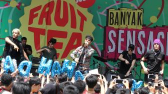 Boyband Latin CNCO Guncang Panggung Fruit Tea School Sensation