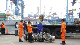 Tim SAR Angkut Turbin Pesawat Lion Air ke JICT II Tanjung Priok