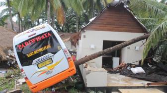 Kendaraan yang rusak berat akibat hempasan gelombang tinggi teronggok di Resort Tanjung Lesung, Banten, Senin (24/12). [Suara.com/Fakhri Hermansyah]