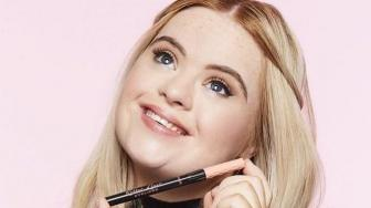 Model Down Syndrome Ini Jadi Brand Ambassador Benefit Cosmetics