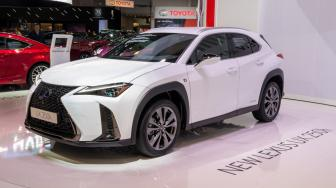 Anti Mainstream: Lexus UX 2019 Pakai Ban Putih