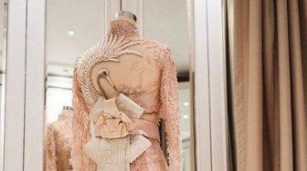Bukan Ornamen Biasa, Ada Makna Dibalik Simbol Bangau dalam Dress Syahrini
