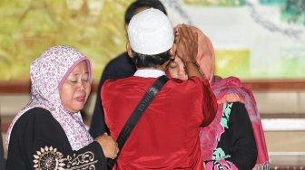 Menteri Luar Negeri Retno Marsudi dan Menteri Hukum dan HAM Yasonna Laoly saat serah terima Siti Aisyah kepada keluarga di Kementerian Luar Negeri, Jakarta, Senin (11/3). [Suara.com/Muhaimin A Untung]