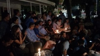 Kampanye Earth Hour, Sandiaga Nonton Debat Lewat Live Streaming di HP