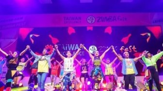 Serunya Zumba Party Ala 90an Dikemas dalam Glow in The Dark