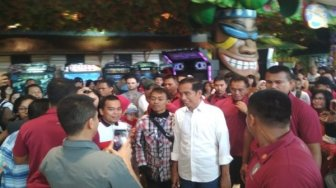 Libur May Day, Jokowi Ajak Jan Ethes Main Bola di Mal