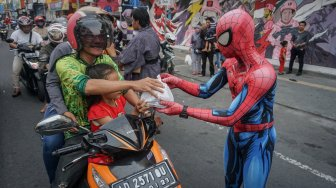 Spiderman Bagi-bagi Takjil