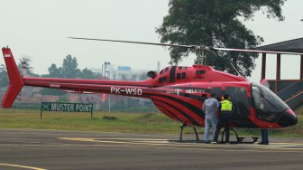 Sebuah Helikopter jenis Bell 505 milik PT. WhiteSky Aviation mengisi bahan bakar avtur sebelum lepas landas membawa satu keluarga untuk mudik lebaran ke Bandung dari Jakarta di Bandara khusus Wiladatika, Cibubur, Jakarta, Senin (3/6).[ANTARA FOTO/Muhammad Iqbal]