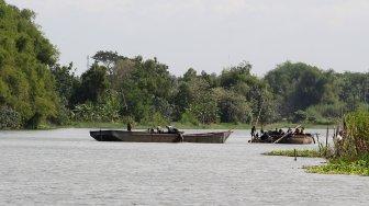 Sejumlah warga berada di atas perahu saat menambang pasir di Sungai Brantas, Kecamatan Megaluh, Kabupaten Jombang, Jawa Timur, Minggu (16/6). [Suara.com/Arief Hermawan P]
