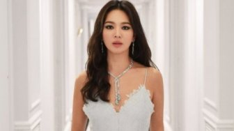 Simpel nan Stylish, Gaya Cantik Song Hye Kyo di Milan Fashion Week 2020