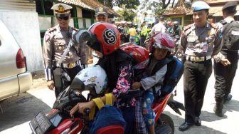 Polisi Ponorogo Bagikan Helm Anak untuk Pengendara Motor