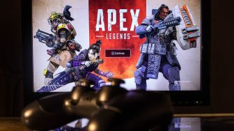 Santuy, Lelaki Ini Bajak TV Bandara Demi Main Game Apex Legends