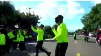Gubrak! Pria Diseruduk Motor Saat Asyik Berjoget di Tengah Jalan
