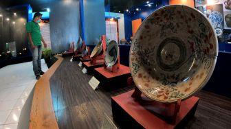 Petugas memeriksa koleksi keramik yang dipamerkan pada Pameran Keramik Tempo Dulu di Museum Siginjei, Jambi, Sabtu (26/9/2020).  [ANTARA FOTO/Wahdi Septiawan]