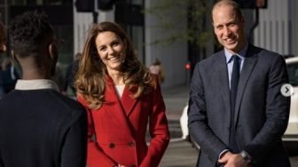 Pakai Coat Merah Alexander McQueen, Kate Middleton Tampak Stand Out
