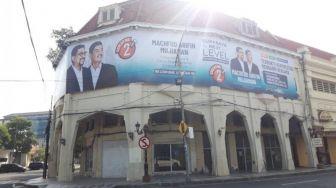 Waduh! Ada Poster Besar Cawalkot Surabaya Nempel di Bangunan Cagar Budaya