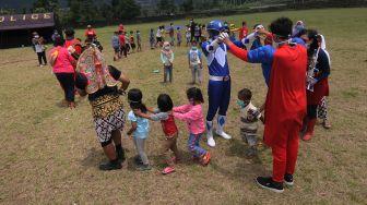 Super Hero Hibur Anak di Pengungsian Merapi