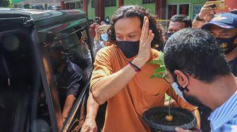 Aktor Dwi Sasono berjalan menuju mobilnya setelah dirinya bebas dari RSKO usai menjalani masa rehabilitasi selama hampir 6 bulan lamanya akibat kasus narkoba yang menjeratnya di RSKO Cibubur, Jakarta Timur, Jumat (27/11). [Suara.com/Alfian Winanto]