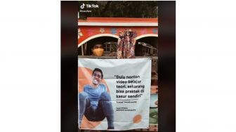 Rayakan Pesta Bujang, Pemuda ini Diarak Keliling Kampung Pakai Odong-odong