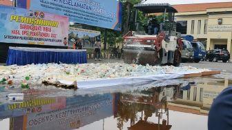 4 Ribu Botol Miras Dimusnahkan Polisi Surabaya di Hari Pertama Ramadhan