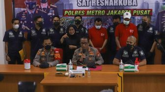 Suasana saat rilis kasus narkoba yang menjerat pesinetron Rio Reifan di Polres Metro Jakarta Pusat, Rabu (21/4/2021). [Suara.com/Alfian Winanto]