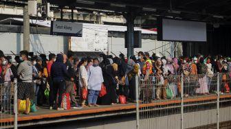 Sejumlah calon penumpang menunggu kedatangan KRL di Stasiun Tanah Abang, Jakarta, Minggu (2/5/2021). [Suara.com/Dian Latifah]