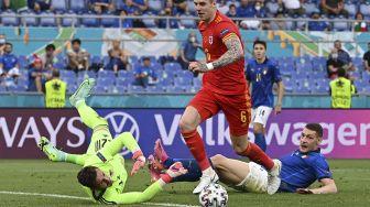 Penjaga gawang Wales Danny Ward (kiri) menyelamatkan tembakan selama pertandingan sepak bola Grup A UEFA EURO 2020 antara Italia dan Wales di Stadion Olimpiade, Roma, pada (20/6/2021). [ANDREAS SOLARO / POOL / AFP]