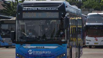 Petugas PT Transportasi Jakarta (Transjakarta) mengemudikan bus listrik produksi perusahaan otomotif China, Higer saat uji coba di Jakarta, Jumat (10/9/2021).  ANTARA FOTO/Aditya Pradana Putra