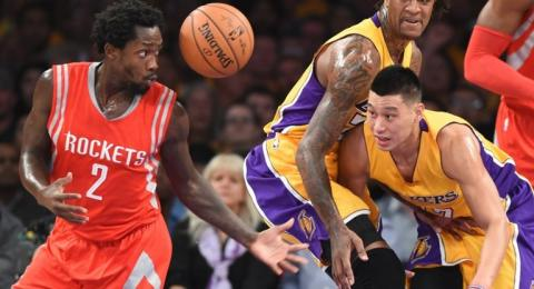 Guard Los Angeles Clippers, Patrick Beverley (kiri), berebut bola dengan pebasket Los Angeles Lakers, Jeremy Lin. [AFP/Robyn Beck]