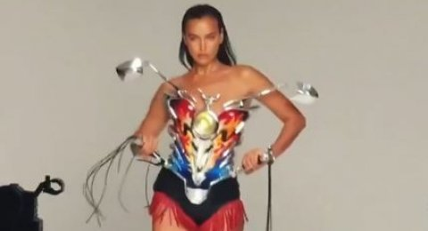 "Uniknya Short Dress ""Tong Setan"" ala Irina Shayk"