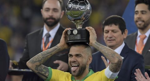 Anti Mainstream, Dani Alves Buka Tutup Botol Pakai Alat Vital