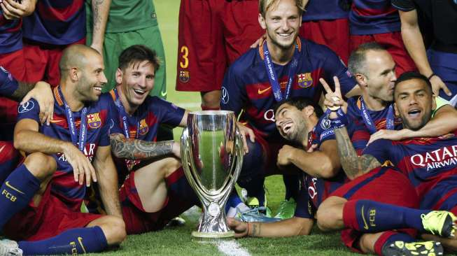 (L-R) Barcelona's Javier Mascherano, Lionel Messi, Ivan Rakitic, Luis Suarez, Andres Iniesta and Daniel Alves gather near the trophy as they celebrate the victory over Sevilla in the UEFA Super Cup soccer match at Boris Paichadze Dinamo Arena in Tbilisi,