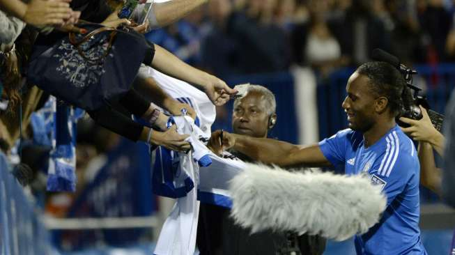 Montreal, Quebec, CAN; Montreal Impact forward Didier Drogba (11) signs autographs at the half at Stade Saputo. Mandatory Credit: Eric Bolte-USA TODAY Sports