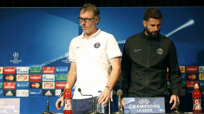 Paris St Germain's coach Laurent Blanc (L) and player Thiago Motta (R) arrive to attend a news conference at the Parc des Princes stadium in Paris, France, September 14, 2015. Paris St Germain will play against Malmo in their Champions League soccer match