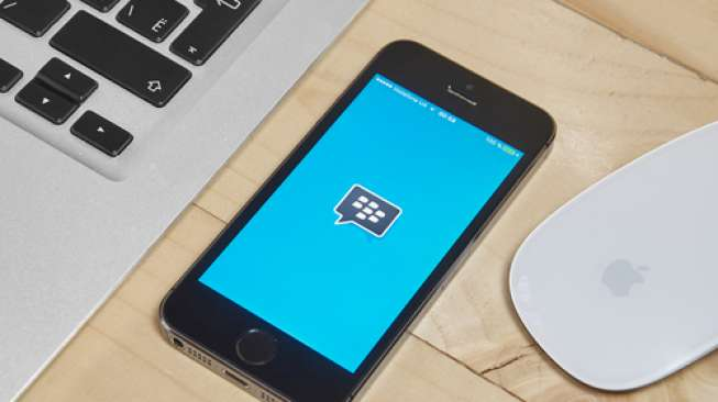 Aplikasi Blackberry Messenger pada iPhone 5S (Shutterstock).