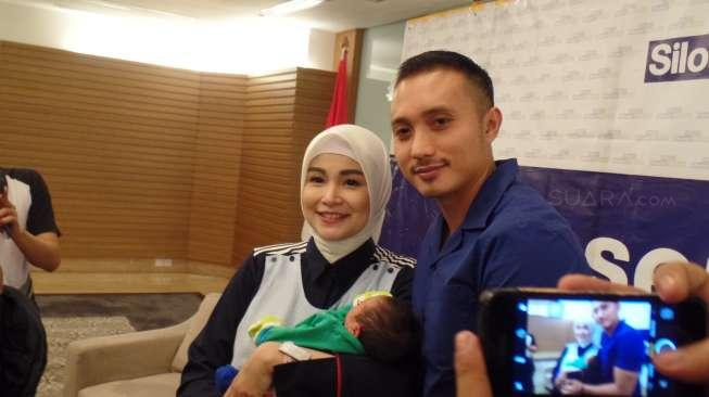 Soraya Larasati and her husband, Doni, showed off their second son, Dzaka Rajendra Ismail Amaldi, during a press conference at Siloam Semanggi Hospital, South Jakarta, Thursday (8/6/2017). (voice.com/Ismail)
