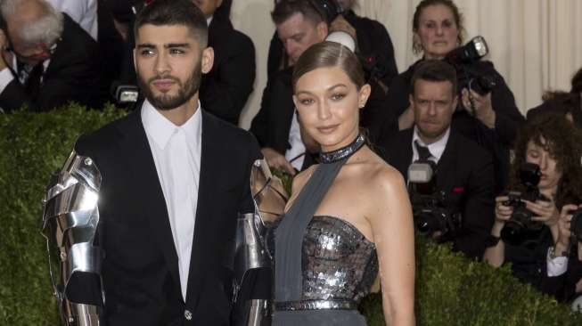 Zayn Malik dan Gigi Hadid di acara Manus x Machina Fashion, Age of Technology Costume Institute Gala di Metropolitan Museum of Art, New York City, pada 2 Mei 2016. [shutterstock]