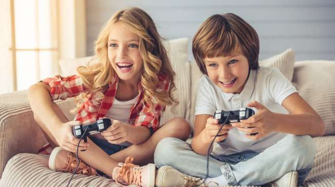 Ilustrasi sepasang anak main video game. [Shutterstock]