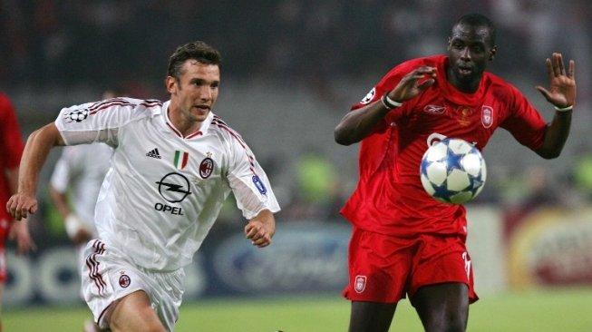 Pemain AC Milan Andriy Shevchenko berduel memperebutkan bola dengan pemain Liverpool [AFP]
