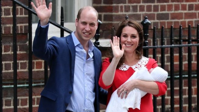 Pangeran William dan Kate Middleton bersama putra ketiganya. [AFP]