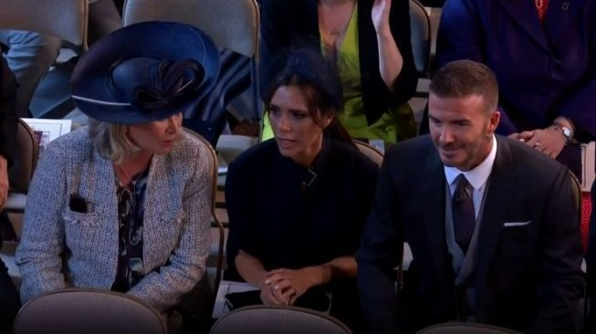 David dan Victoria Beckham di pernikahan Pangeran Harry dan Meghan Markle, Sabtu (19/5) [RoyalFamily/youtube].
