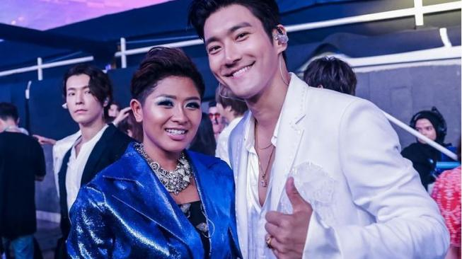 Dira Sugandi dan Choi Siwon Super Junior. (Instagram)