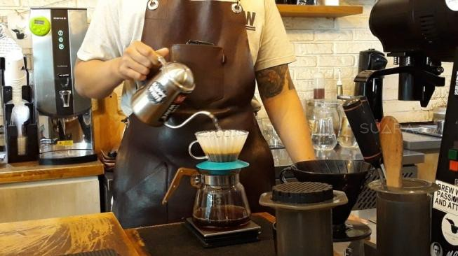 Selain manual brew, ragam minuman kopi lain juga bisa dinikmati di Pigeonhole Coffee, antara lain dari Cold Brew, Espresso, Long Black, Affogato, Happy Black, Happy White hingga Sonic Boom. (Suara.com/Dinda Rachmawati)