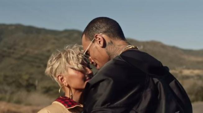 Agnez Mo dan Chris Brown dalam videoklip 'Overdose'. [YouTube/AGNEZ MO]
