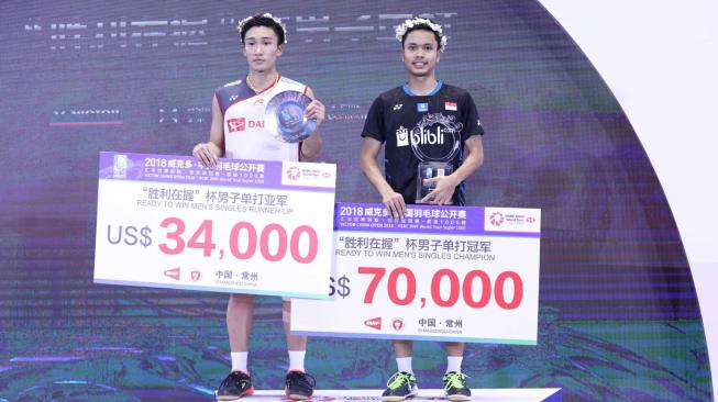 "Juara China Open 2018 pebulu tangkis tunggal putra Indonesia Anthony Sinisuka Ginting (kanan) dan ""runner up"" pebulu tangkis Jepang Kento Momota (kiri) berada di atas podium saat upacara penyerahan hadiah usai laga final China Open 2018 di di Olympic Sports Center Xincheng Gymnasium, Changzhou, Cina, Minggu (23/9). ANTARA FOTO/HO/Humas PP PBSI"