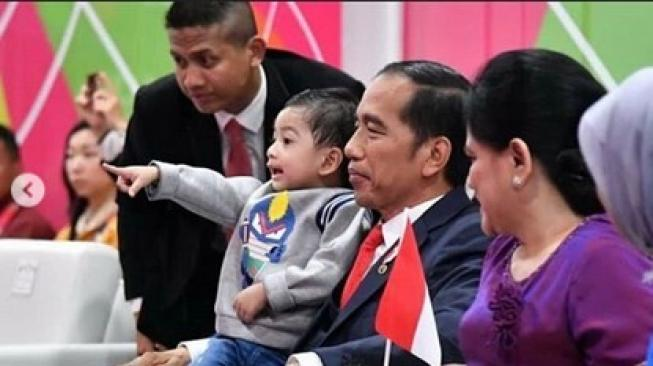 Presiden Jokowi dan Jan Ethes. (@taante_reempong_official/instagram)